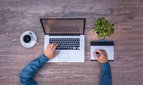Schreiben am Laptop für HR-Blogs