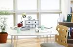 Schreibtisch mit Schreibmaterialien und Kaffetassen