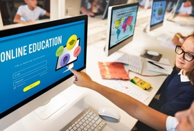 Schulkinder vor Computer bei Online Bildung