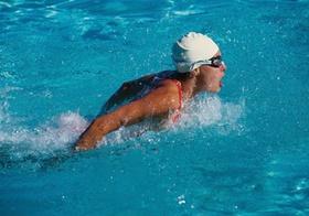Schwimmerin im Delfin-Stil
