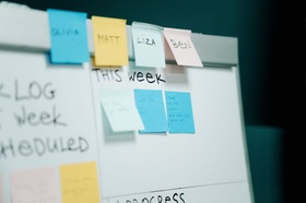 Scrum: Post-its auf einem Kanban-Board