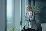 Selbstbewusste Frau schaut aus dem Fenster