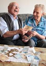 Seniorenpaar, zaehlen lachend Geld