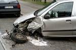 Einzelnes silbernes Auto das seitlich an der Motorhaube eingedrückt ist