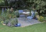 Sitzecke mit Stühlen in einem Garten