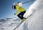 Skifahrerin in steilem Gelaende