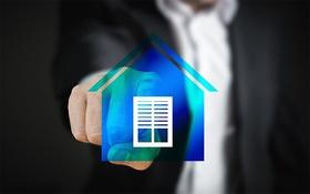 Smart Home Finger drückt auf Haussymbol