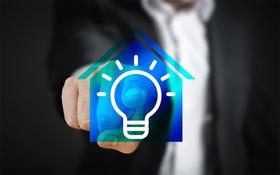 Smart Home Smart Meter Finger drückt auf Haussymbol Glühbirne