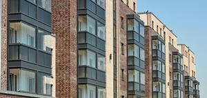 Ganzglas-Fassadenlösung: Wohnen an der Bahntrasse
