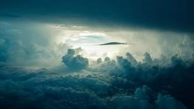 Sonnenlicht strahlt durch dichte Wolken