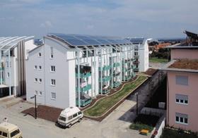 Wohnblock mit Solaranlage auf dem Dach