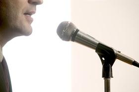 Sprecher am Mikrofon