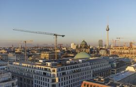 Stadt von oben mit Baustellen und Kranen