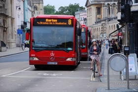 Stadtbus auf der Straße in Oxford
