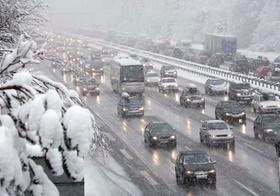 Stau auf Autobahn bei Schneefall im Winter