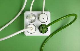 Steckdose mit weißen und grünen Steckern
