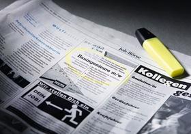 Stellenanzeige in Zeitung, mit Leuchtstift markiert