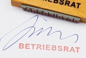 Stempel in rot und Unterschrift vom Betriebsrat auf Papier