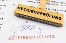 Stempel mit Betriebsprüfung und Unterschrift