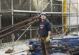 Straßenbau, Arbeiter auf Baustelle