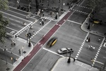 Straßenkreuzung mit prominentem Fahrradweg