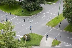 Straßenkreuzung mit viel Grün