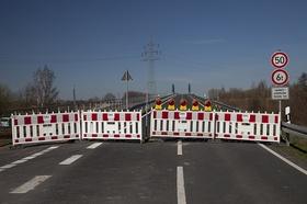 Straßensperre mit 50 und 6t Schild+Landwirtsch. Verkehr frei