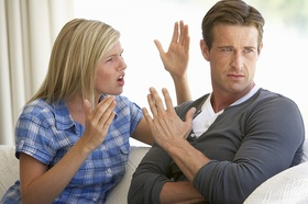 Streitendes Paar sie sagt etwas er schaut weg
