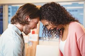 Streitendes schreiendes Paar das die Köpfe aneinander gelehnt hat
