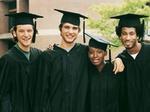 Studenten Absolventen drei Männer eine Frau mit Doktorhüten