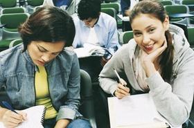 Studenten im Seminar schreiben mit