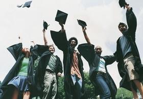 Studenten werfen Doktorhüte in die Luft