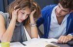 Studentin verzweifelt am Lernen Student hilft ihr