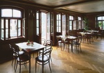 Stuehle und Tische in Bistro-Restaurant