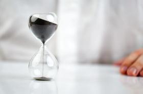 Stundenglas Mann Hand Zeitmietvertrag
