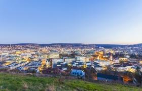 Stuttgart - beleuchtete Stadt bei Dämmerung