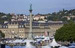 Stuttgart - Stadtmitte und Menschenmenge auf dem Markt