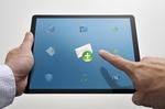 Tablet mit mehreren Symbolen - Finger zeigt auf E-Mail-Umschlag
