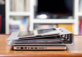 Tablet, Ordner und Laptop