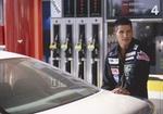 Tankstellenwart betankt Auto