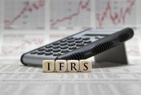 Taschenrechner mit Würfeln auf denen IFRS steht