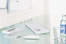 Tastatur, Maus, Notizblock, Smartphone auf Tisch