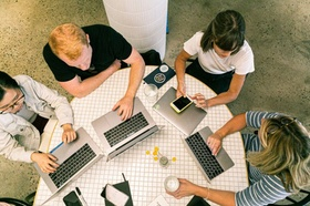 Team arbeitet an Laptops