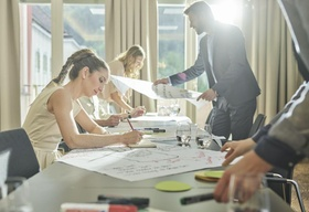 Team bei kreativer Zusammenarbeit im Büro