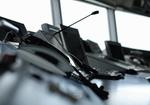 Telefon, Mikrofon und Monitore im Tower eines Flughafens