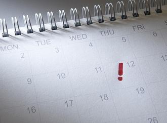 Termin in Kalender mit rotem Ausrufezeichen