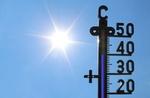 Thermometer zeigt 40 Grad vor blauem Himmel mit Sonne