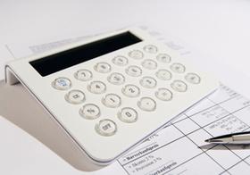 Tischrechner auf Rechnung