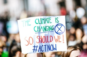 """Transparent Schild """"Climate ist canging, act now"""""""