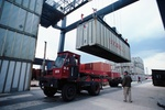 Transportfahrzeug wird mit Schiffscontainer beladen